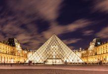 Der weltberühmte Louvre im Zentrum von Paris, das größte Museum der Welt, bei Nacht, Frankreich - © William Perugini / Shutterstock