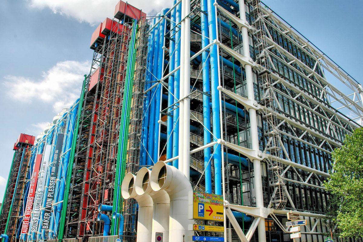 Die außergewöhnliche Fassade des Centre Pompidou in Paris, Frankreich, wird von vielfarbigen Rohren und einer gewaltigen, röhrenförmigen Treppe dominiert - © Jorge Felix Costa / Shutterstock