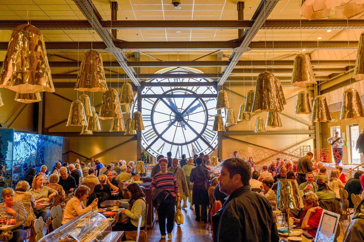 Die beeindruckende Bahnhofshalle des Musée d'Orsay schafft einen exzentrisch-stilvollen Rahmen, der sich auch in einem kleinen Café genießen lässt, Paris, Frankreich - © pio3 / Shutterstock