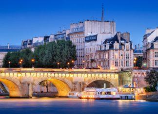 Die Pont Neuf verbindet die beiden Ufer der Seine mit der Ile de la Cité in der französischen Hauptstadt Paris, von hier aus werden Bootstouren auf der Seine angeboten, Frankreich - © Nikonaft / Shutterstock