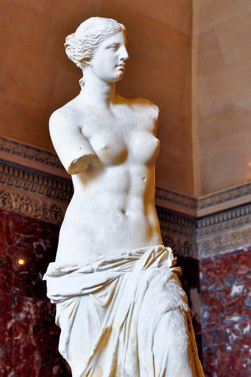 Die Statue der Venus von Milo im Louvre-Museum in Paris ist eine der berühmtesten Statuen der Welt, Frankreich - © Thaipro / Shutterstock