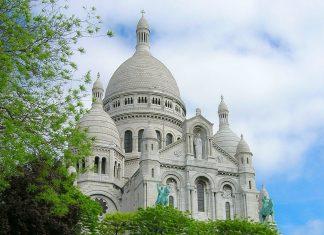 """Die strahlend weiße """"Basilique du Sacre Coeur de Montmartre"""" bietet durch ihren Standort ganz oben auf dem Hügel des Stadtviertels Montmartre einen wunderbaren Ausblick über Paris, Frankreich - © Gregg Chastain / Fotolia"""