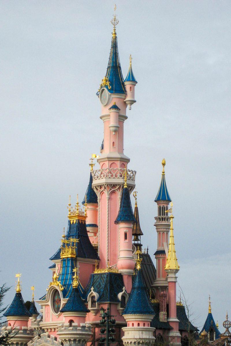 Einer der Eingänge zum Fantasyland wird durch das berühmte Disney-Schloss gebildet, welches am Anfang jedes Disney-Films zu sehen ist, Disneyland Paris, Frankreich - © Jessy / franks-travelbox