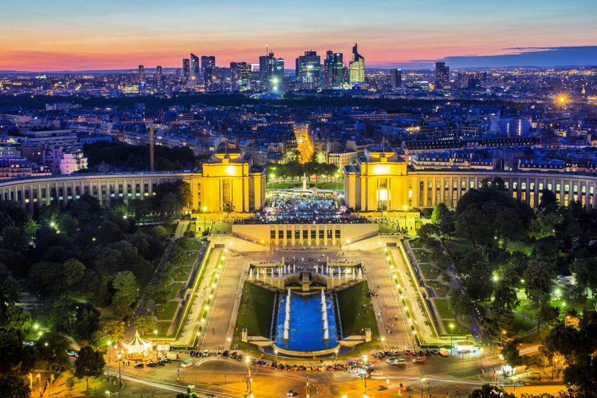 Fantastischer nächtlicher Blick vom Eiffelturm über Paris, Frankreich - © Kanuman / Shutterstock