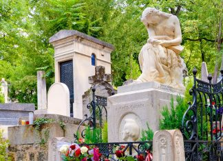 Grabstätte von Frédéric Chopin am Friedhof Père Lachaise in Paris, Frankreich - © Claudia Carlsen / Shutterstock