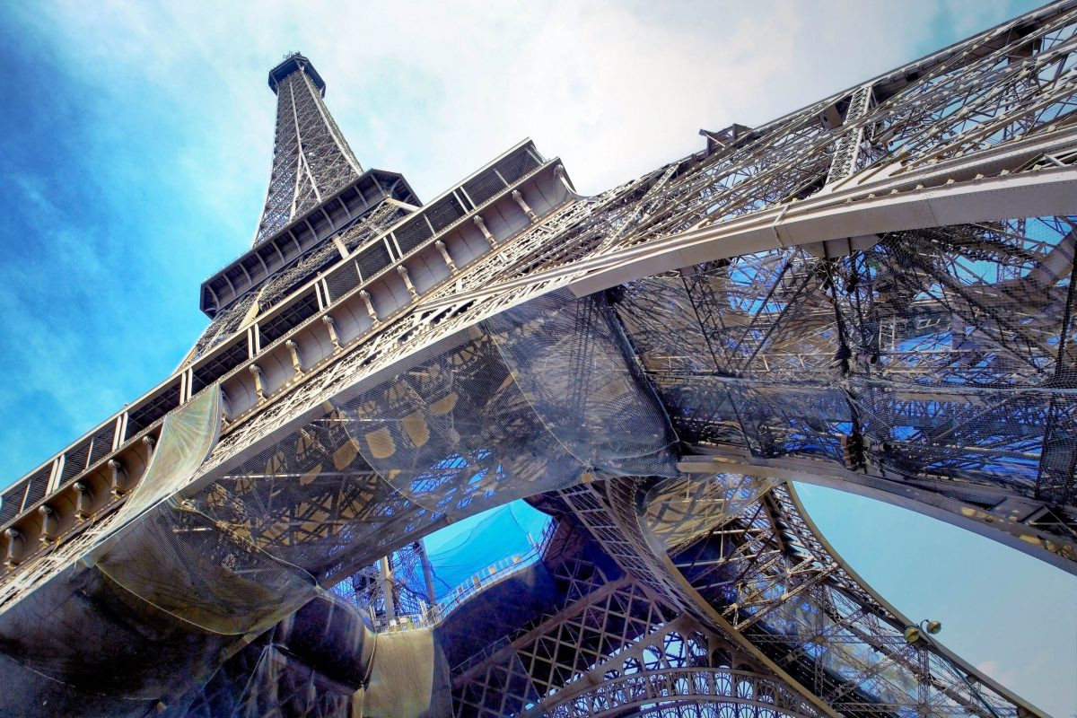 Gut 300 Meter ragt der Eiffelturm als stählernes Wahrzeichen der französischen Hauptstadt Paris über den Dächern der Stadt auf, Frankreich - © Andrey Yurlov / Shutterstock