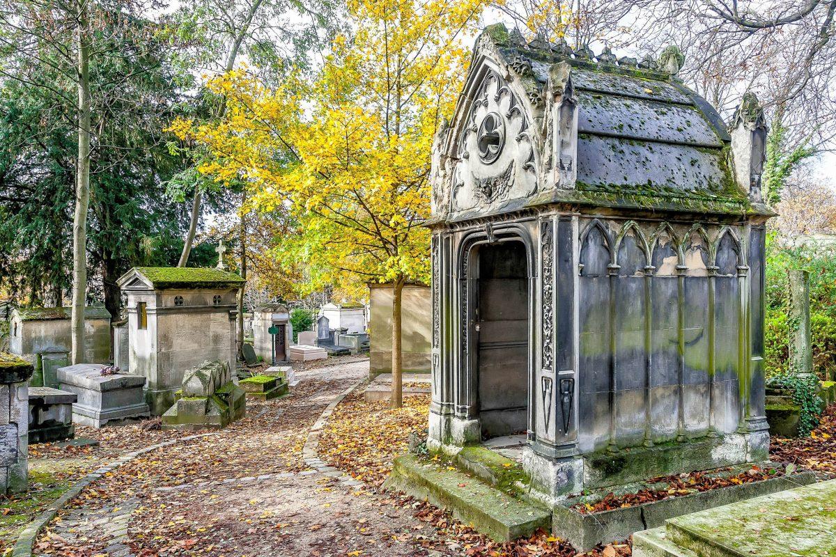 Unter Gewölben aus Baumkronen tut sich dem Besucher am Friedhof Père-Lachaise in Paris ein wahrhaftes Labyrinth aus Gängen, Gassen und Wegen auf, Frankreich - © Maxal Tamor / Shutterstock