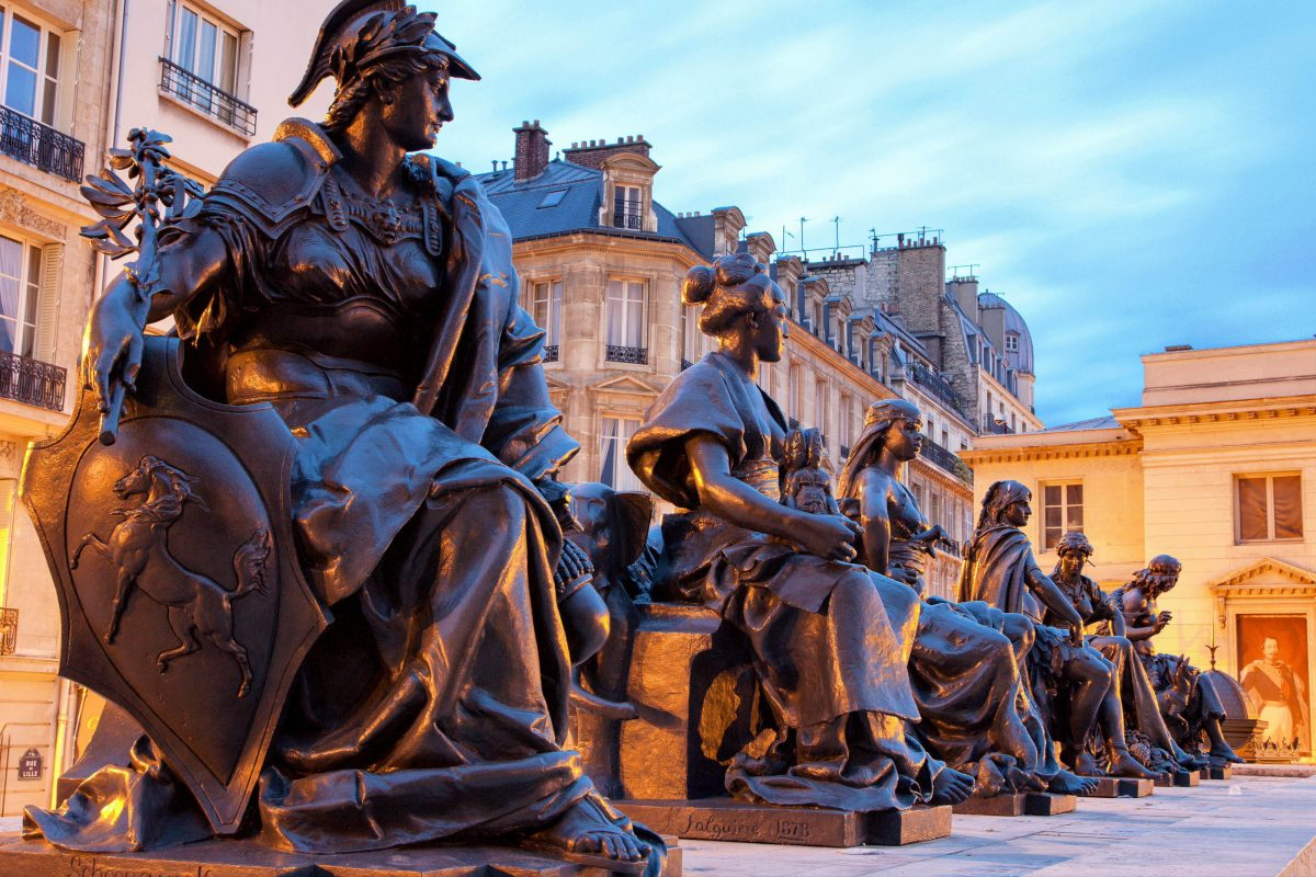Zu den Skulpturen, die vor dem Musée d'Orsay in Paris, Frankreich, die Besucher begrüßen, zählen auch die Statuen der sechs Kontinente - © Renata Sedmakova / Shutterstock