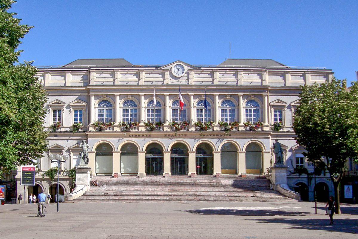 Das Rathaus von Saint-Étienne wurde im Jahr 1821 vom Architekten Pierre-Antoine Dalgabio errichtet, Frankreich - © Velvet CC BY-SA3.0/Wiki