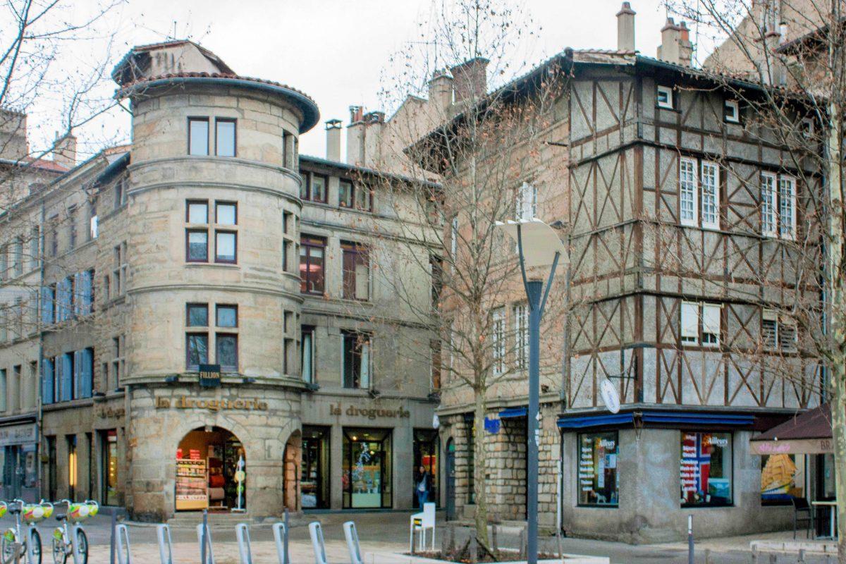 Der Tour de la Droguerie am Place du Peuple im Zentrum von Saint-Étienne, Frankreich, ist ein Überbleibsel der alten Stadtbefestigung aus dem 16. Jahrhundert - © Daniel Villafruela CC BY-SA3.0/Wiki