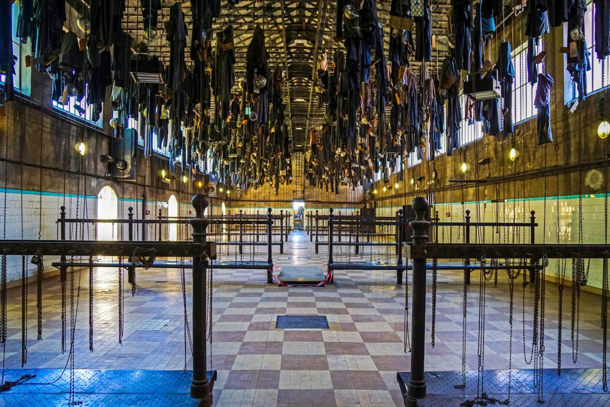 Im Salle des Pendus, dem ehemaligen Waschraum, im Musée de la Mine in Saint-Étienne hingen die Bergarbeiter ihre Kleidung an die Decke, Frankreich - © Bourgeois.A GNU v1.2/Wiki