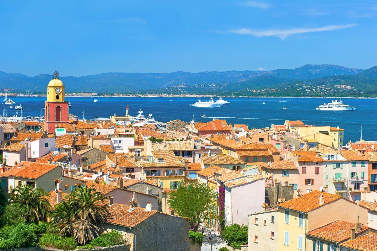 Blick über die Dächer von Saint Tropez auf die weltberühmte Côte d'Azur, Frankreich - © LiliGraphie / Shutterstock