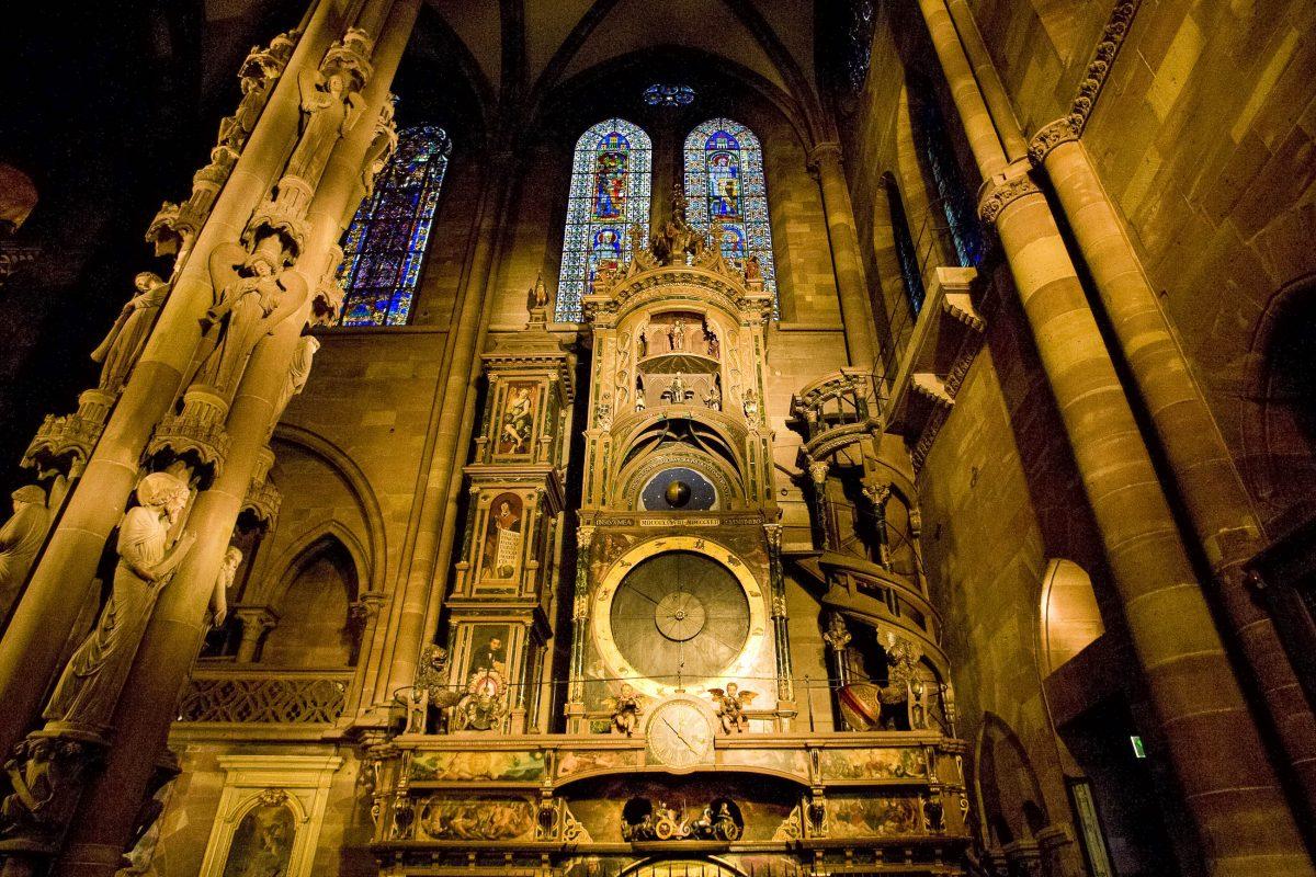 Die 18m hohe astronomische Uhr aus den 1840er Jahren im südlichen Querschiff im Straßburger Münster, Frankreich - © PHB.cz / Shutterstock
