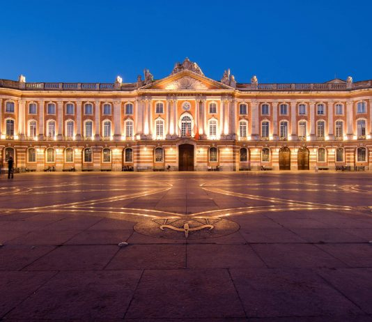 Das Kapitol am prachtvollen Place du Capitole im Zentrum von Toulouse gehört zu den bekanntesten Gebäuden der rosaroten Stadt im Südwesten von Frankreich - © junjun / Shutterstock