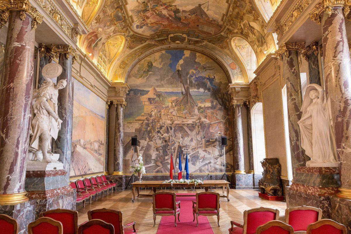 Der unglaublich dekorative Salle des Illustres im Kapitol von Toulouse, Frankreich, ist für Hochzeiten äußerst beliebt - © Semmick Photo / Shutterstock