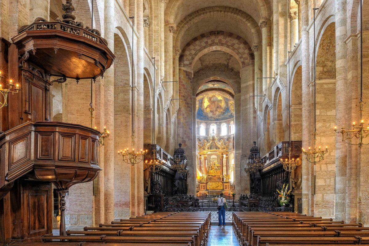 Die 115m lange, 64m breite und 21m hohe Basilika Saint Sernin in Toulouse, Frankreich, beherbergt über 250 Kunstwerke - © thieury / Shutterstock