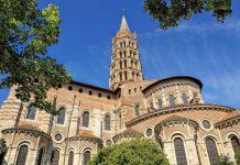 Die Basilika Saint Sernin im Zentrum von Toulouse, Frankreich, ist dank ihres achteckigen Glockenturms schon von weitem sichtbar   - © thieury / Shutterstock