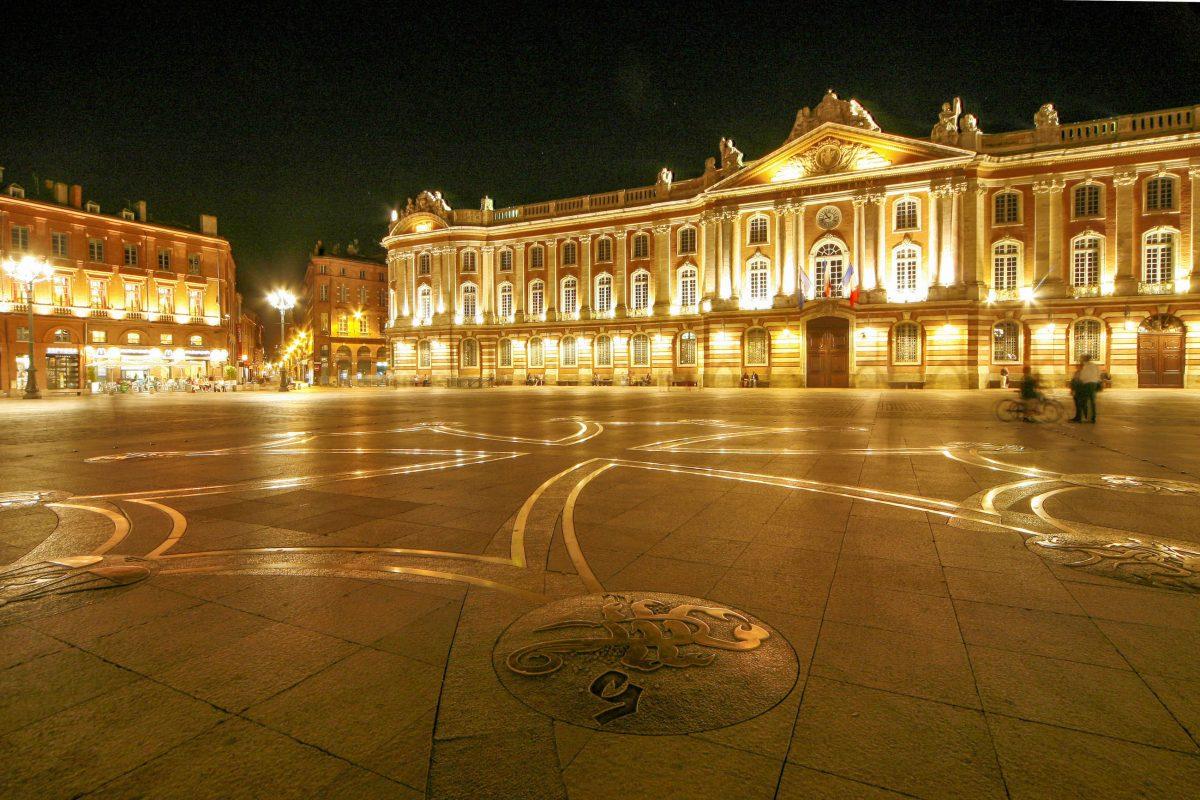 Ein riesiges okzitanisches Kreuz ziert als Tribut an die historische Kultur und Sprache Langue d'Oc den Boden des Platzes vor dem Kapitol von Toulouse, Frankreich - © xc / Shutterstock
