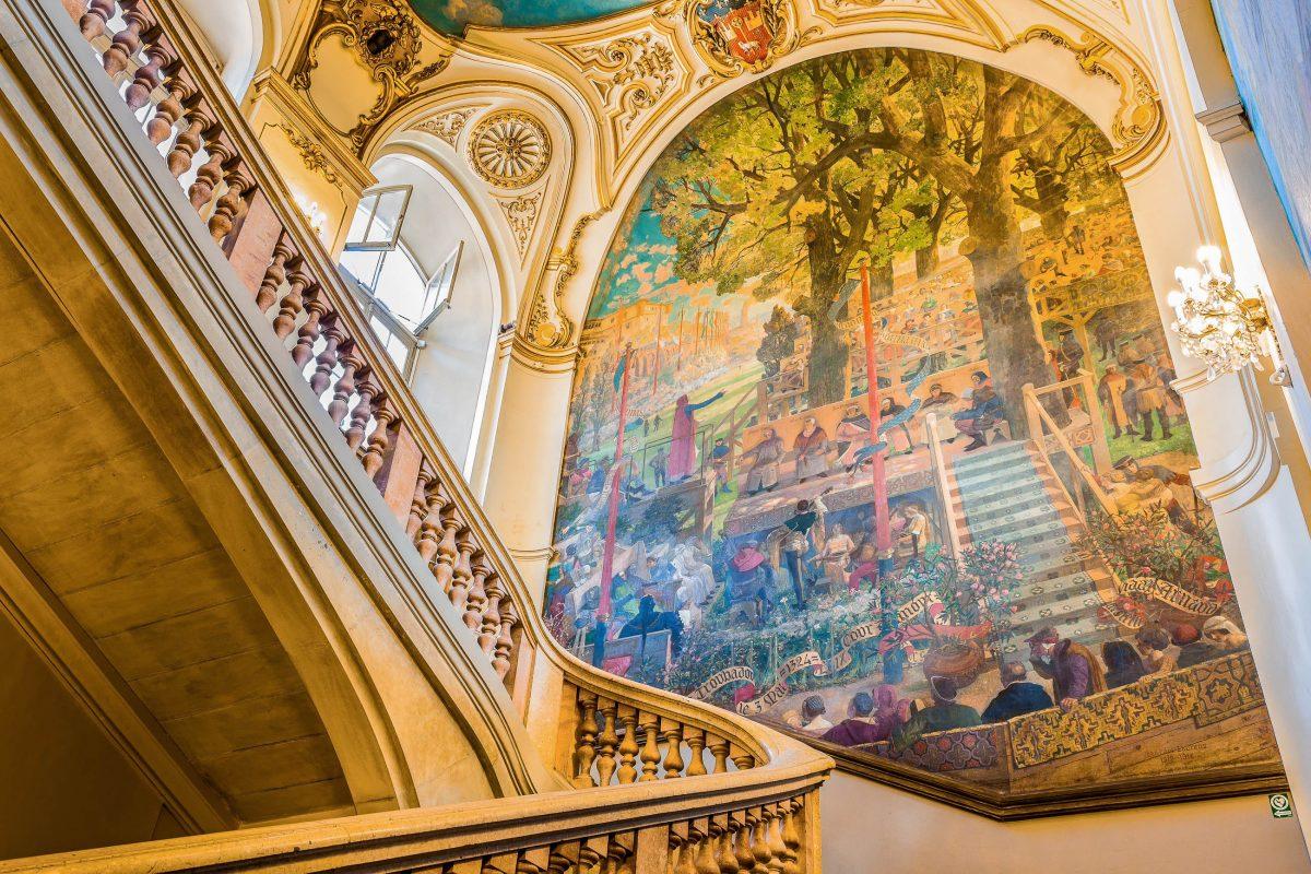 """Im Stiegenhaus des Kapitols wird der Besucher von Jean-Paul Laurens' farbenprächtigem Kunstwerk """"Jeux floraux de Toulouse"""" empfangen, Frankreich - © Semmick Photo / Shutterstock"""