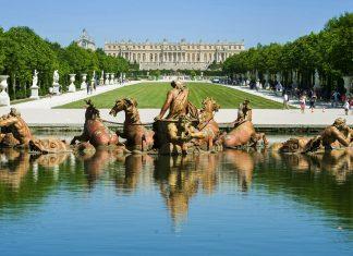 Der Apollo-Brunnen vor dem prachtvollen Schloss Versailles bei Paris, Frankreich - © parkisland / Shutterstock