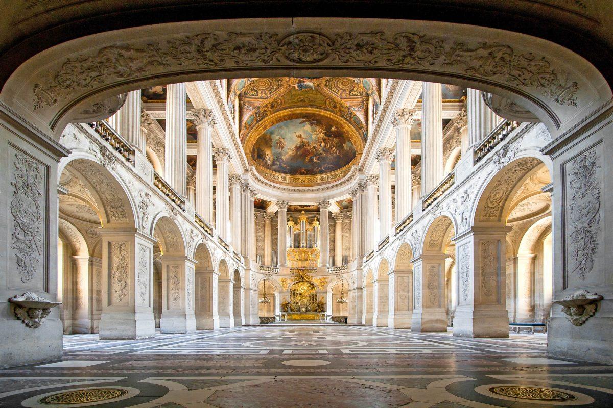 Der beeindruckende große Ballsaal im Schloss Versailles, Frankreich - © vichie81 / Shutterstock