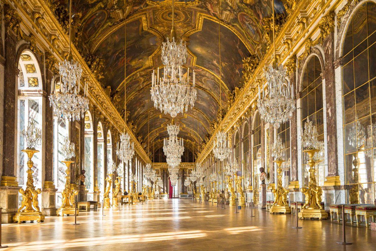 Der Spiegelsaal im Schloss Versailles beeindruckt den Besucher mit über 350 Spiegeln, Frankreich - © Jose Ignacio Soto / Shutterstock