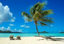 Der Sandstrand auf der Insel Bora Bora in Französisch-Polynesien erfüllt alle Südsee Klischees der Besucher - © wilar / Shutterstock