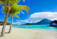 Wunderschöner Südsee Strand mit Blick auf den Berg Otemanu auf der Insel Bora Bora, Französisch-Polynesien - © BlueOrange Studio / Shutterstock
