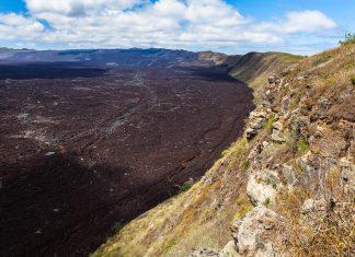 Der Vulkankrater des Sierra Negra ist mit einem Durchmesser von gigantischen 10 Kilometern der zweitgrößte Krater der Welt, Galapagosinseln - © Dmitry Saparov / Shutterstock