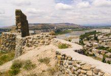 Die Festung von Gori ist eine mittelalterliche Zitadelle und befindet sich auf einem Hügel über der Stadt, von dem aus man einen prachtvollen Blick über die Stadt hat, Georgien - © Doin Oakenhelm / Shutterstock