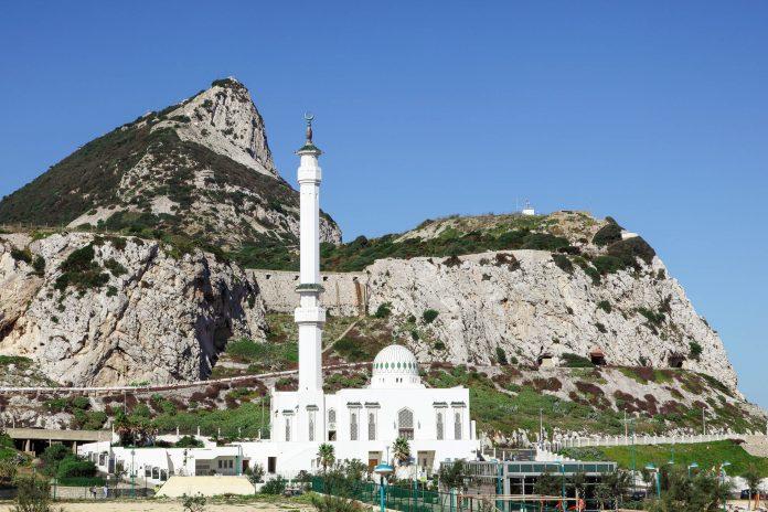 Die Ibrahim-al-Ibrahim-Moschee an der Südspitze Gibraltars ist die südlichste Moschee Europas und zählt zu den größten Moscheen in einem nicht-muslimischen Land - © philipus / Fotolia