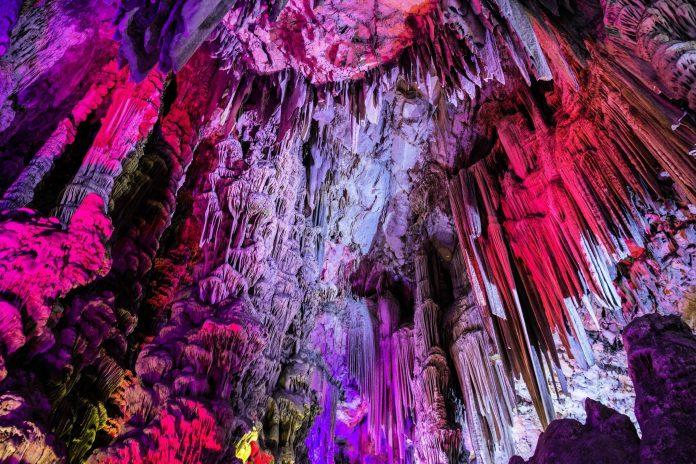 Die St. Michael's Cave ist die spektakulärste Schauhöhle im Gibraltar-Felsen und zählt im Jahr bis zu eine Million Besucher - © trabantos / Shutterstock