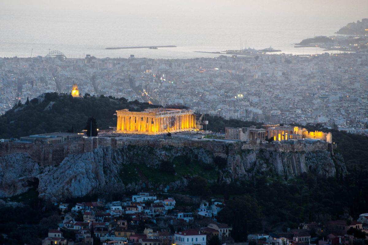 Blick auf die Akropolis bei Einbruch der Dämmerung - im Hintergurnd der Hafen von Piräus, Athen, Griechenland - © James Camel / franks-travelbox