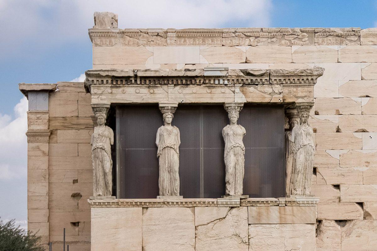Das Erechtheion auf der Akropolis in Athen ist vor allem durch seine Vorhalle bekannt, deren Dach von sechs grazilen Mädchenfiguren getragen wird, Griechenland - © James Camel / franks-travelbox
