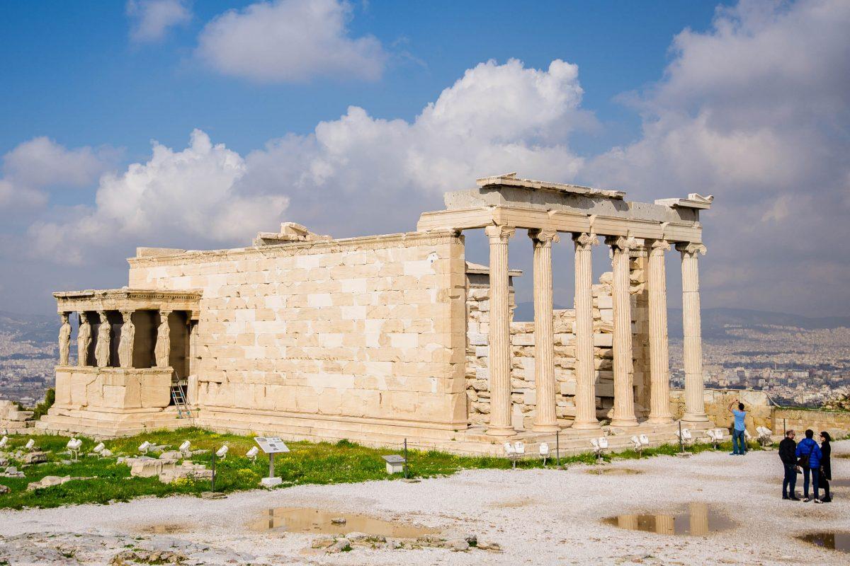Das Erechtheion ist der zweitgrößte Tempel der Akropolis. - er ist der Göttin Athene geweiht, Athen, Griechenland - © James Camel / franks-travelbox