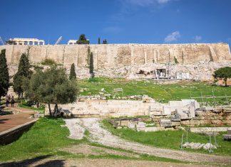 Der Aufstieg auf der Südseite (South Slope) zum Eingang der Akropolis offenbart schon die ersten Ruinen, Athen, Griechenland - © James Camel / franks-travelbox