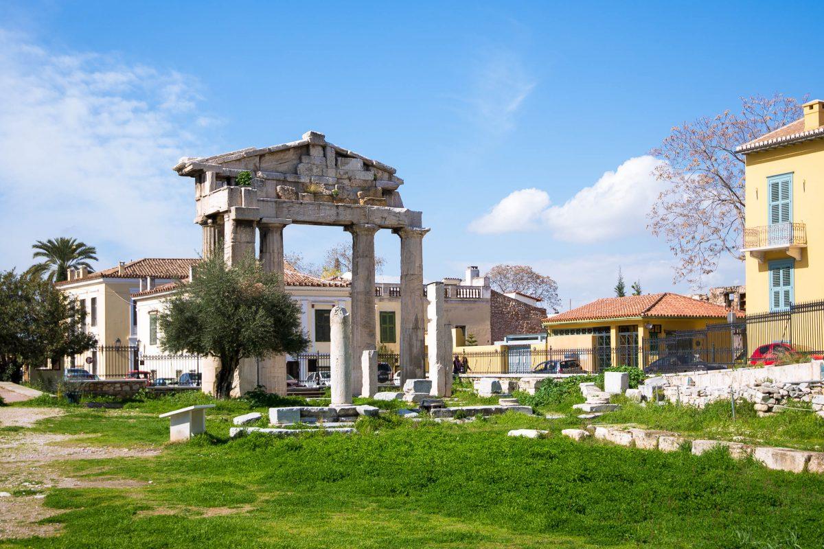 Der Eingang zur Römischen Agora in Athen erfolgte durch das prachtvolle Tor der Athena Archegetes, dessen Überreste heute noch zu sehen sind, Griechenland - © James Camel / franks-travelbox
