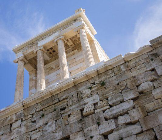 Der Niketempel auf einem Felsvorsprung ist das zierlichste und jüngste Gebäude auf der Akropolis, Athen, Griechenland - © James Camel / franks-travelbox