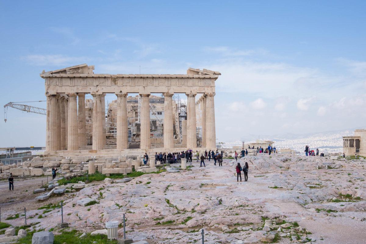 Der Parthenon auf der Akropolis ist der Pallas Athena Parthenos, der griechischen Göttin der Weisheit geweiht, im Hintergrund Athen, Griechenland - © James Camel / franks-travelbox
