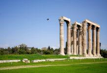 Der prachtvolle Athener Zeus-Tempel aus pentelischem Marmor war gewaltige 110 Meter lang und 43 Meter breit, Griechenland - © James Camel / franks-travelbox