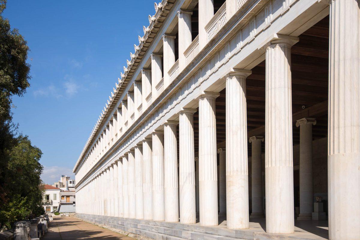 Die imposante Stoa des Attalos auf der Antiken Agora in Athen wurde im Jahr 1955 rekonstruiert und beherbergt heute das Agora-Museum, Griechenland - © James Camel / franks-travelbox
