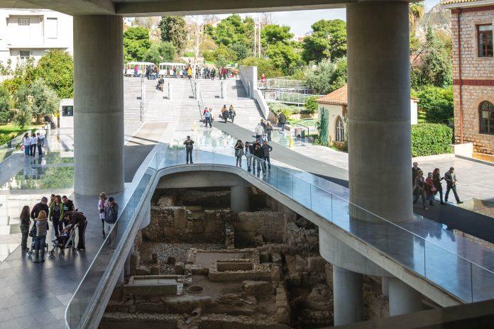Eingangsbereich des Akropolis-Museum in Athen am Fuß des Athener Burgbergs, 300m südlich der weltberühmten Akropolis, Griechenland - © James Camel / franks-travelbox