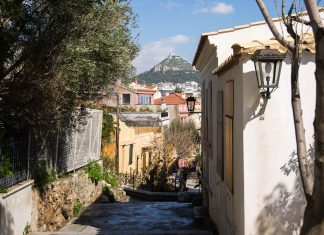 Typische Gasse im schmucken Stadtviertel Anafiótika mit Blick auf den Hügel Lykavittos, Athen, Griechenland - © James Camel / franks-travelbox