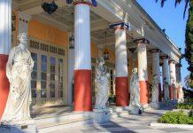Das Achilleion wurde von der österreichischen Kaiserin Elisabeth errichtet, auf der Terrasse sind Statuen der griechischen Musen aufgestellt, Korfu, Griechenland - © franxyz / Fotolia