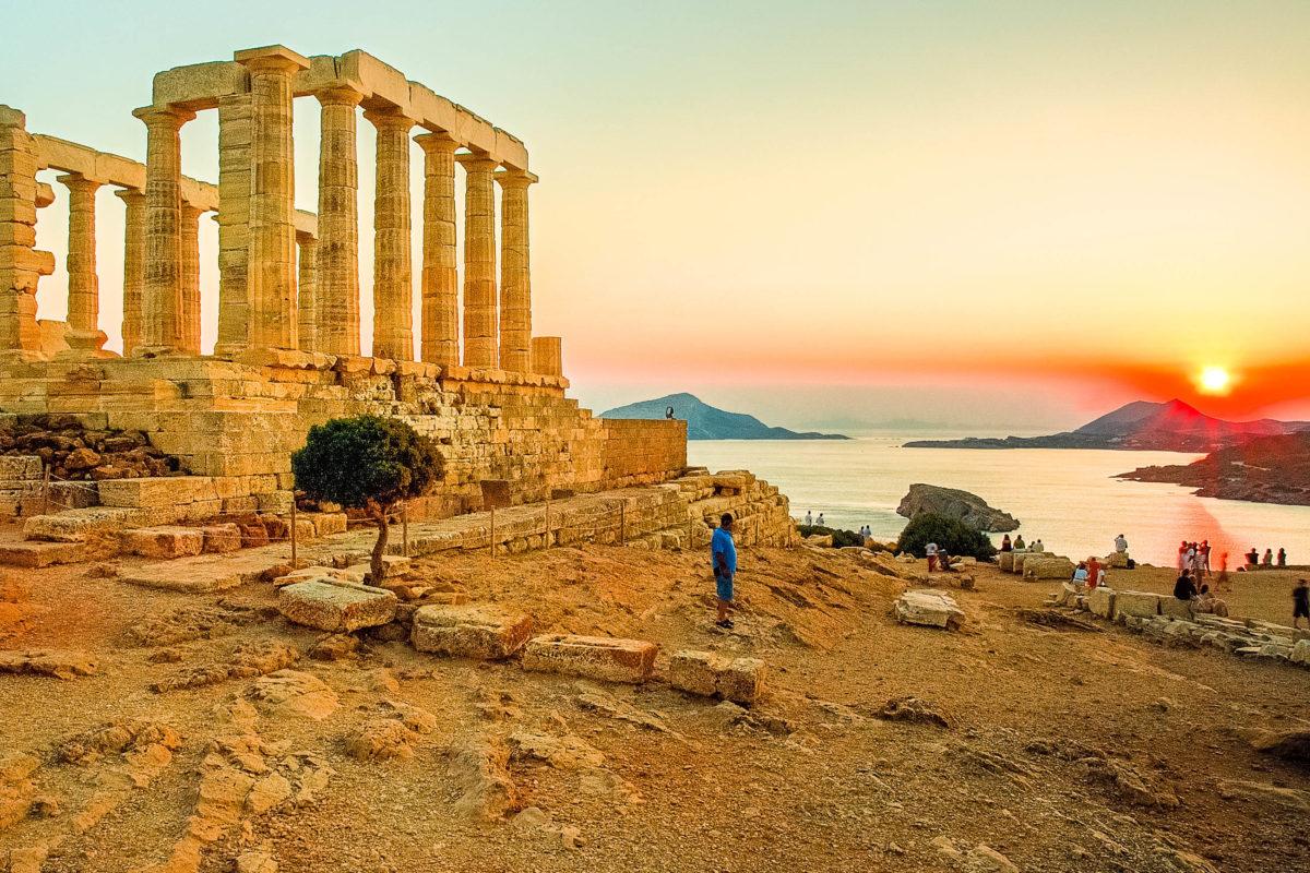 Das Kap Sounion an einem der südlichsten Punkte Griechenlands ist gemeinsam mit dem Poseidon-Tempel der perfekte Ort für eine Sonnenuntergangs-Show, Griechenland - © barbar34 / Shutterstock