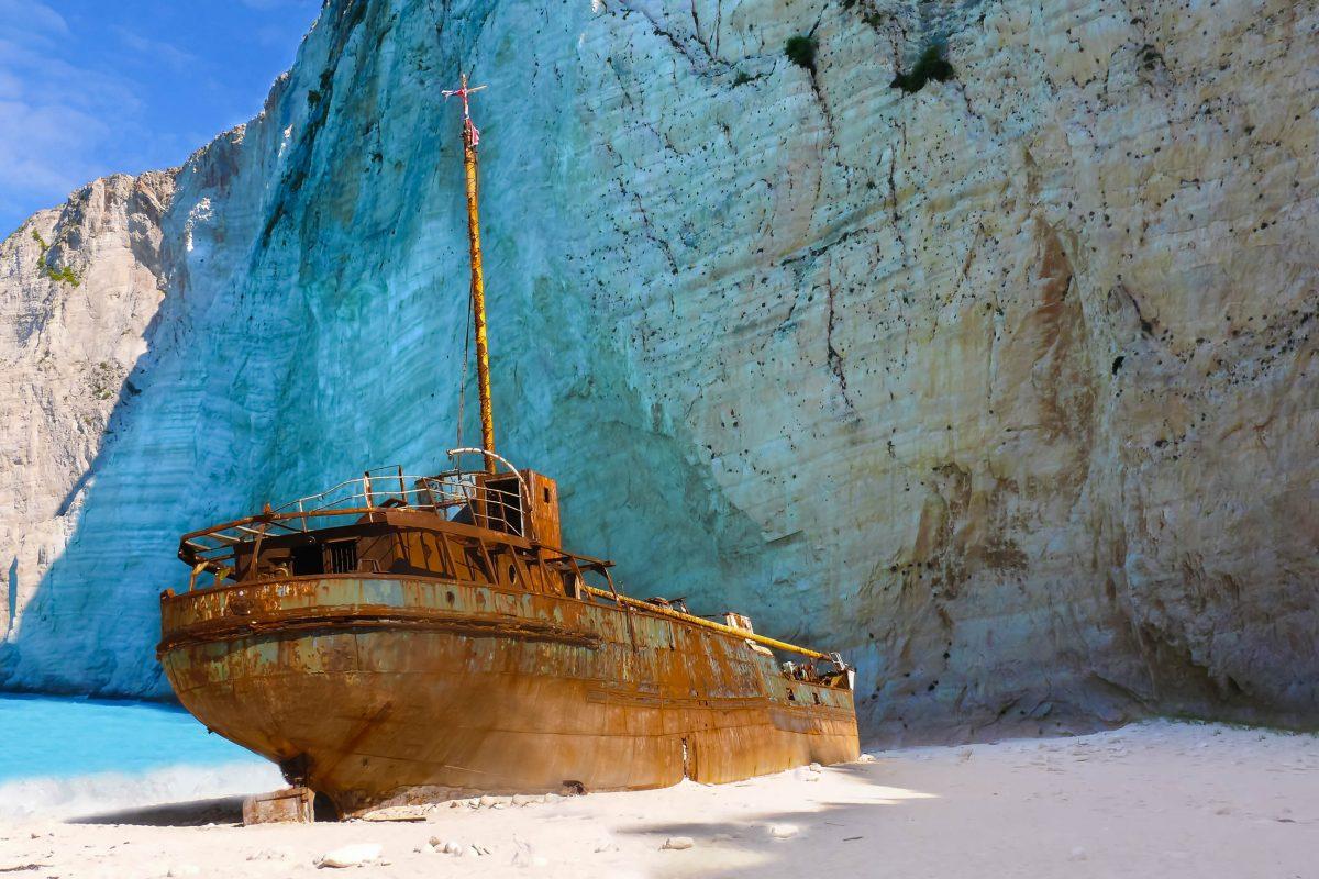Der Frachter Panagiotis gehörte Schmugglern, die illegale Zigarettenladungen an Bord hatten und von der Küstenwache verfolgt wurden, Zakynthos, Griechenland - © David Ryznar / Shutterstock