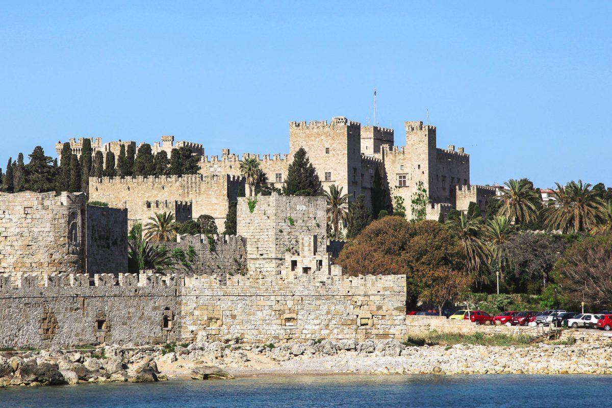Der Großmeisterpalast auf Rhodos wurde im 14. Jahrhundert am höchsten Punkt von Rhodos Stadt erbaut , Griechenland - © dedi / Fotolia