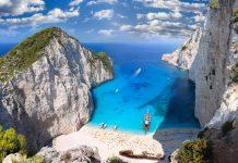 EIn Postkartenmotiv: Der Sand in der Schmugglerbucht ist strahlend weiß, das Meer azurblau und die Klippen sind steil, Zakynthos, Griechenland - © Samot / Shutterstock