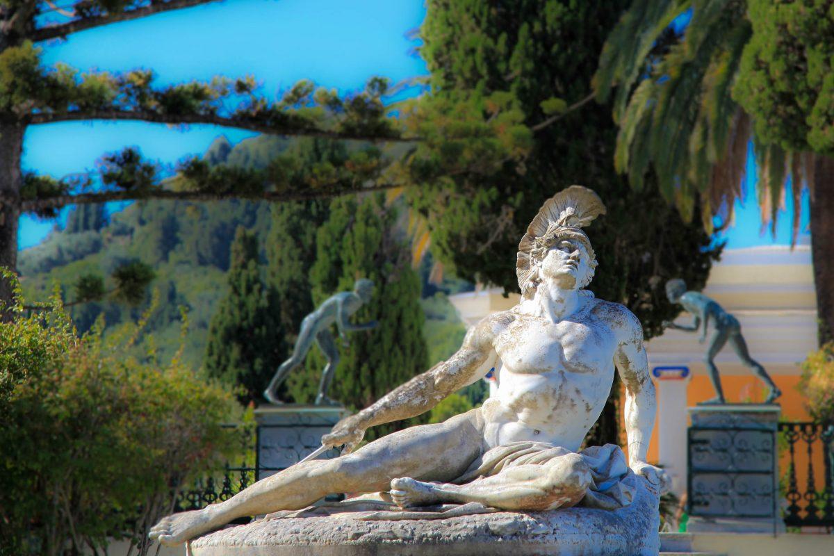 Eine prächtige Skulptur aus weißem Marmor des deutschen Bildhauser Ernst Herter, die den sterbenden Achilles darstellt, Schlosspark Achilleion, Korfu, Griechenland - © Jeanette Dietl / Fotolia