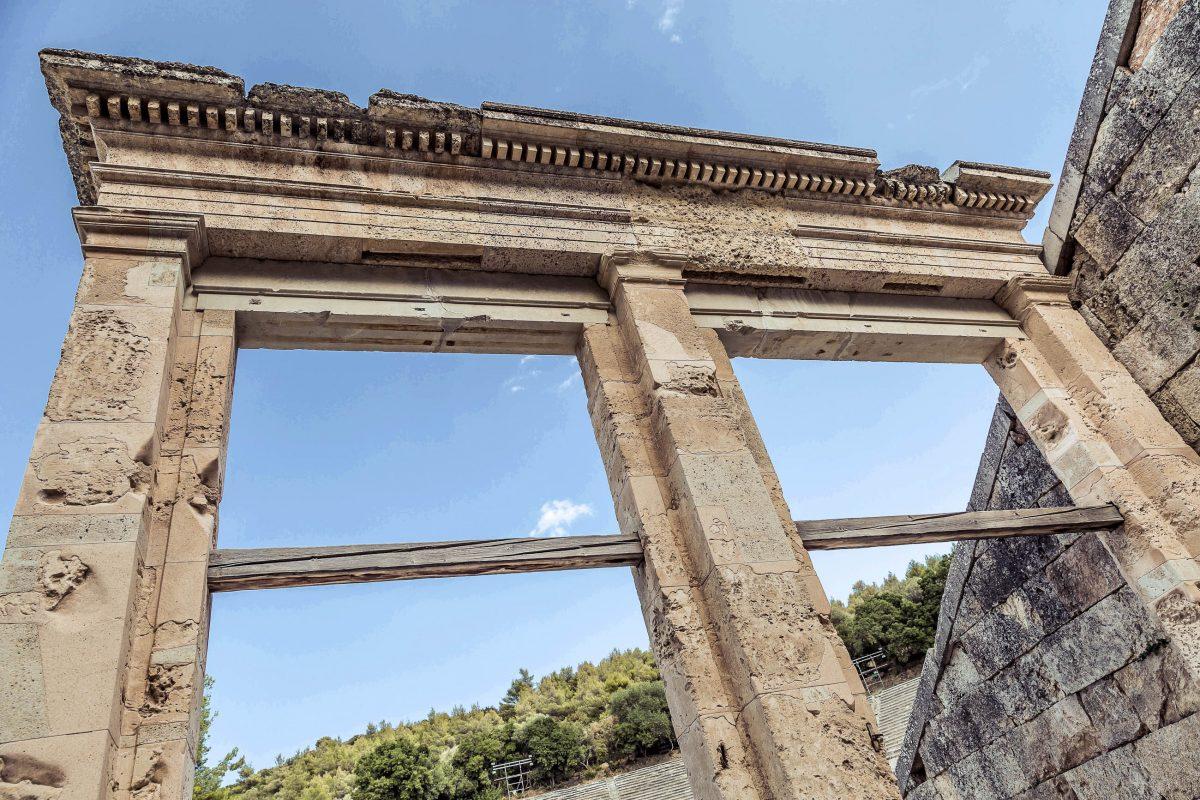 Das gigantische Theater von Epidauros wurde im 4. Jahrhundert vor Christus errichtet, Griechenland - © megastocker / Shutterstock